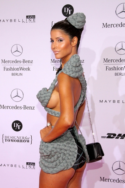 Эпатажная Микаэла Шафер на Mercedes Benz Fashion Week 2012 (9 фото)